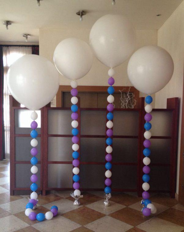 Entrada decorada con globos de helio